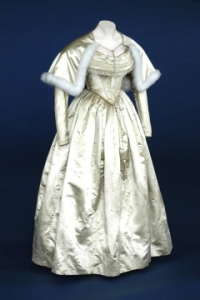 1840-early-victorian wedding dress