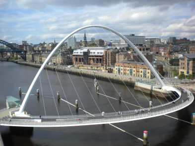 Newcastle Tyne.  Old river: Millenium Bridge
